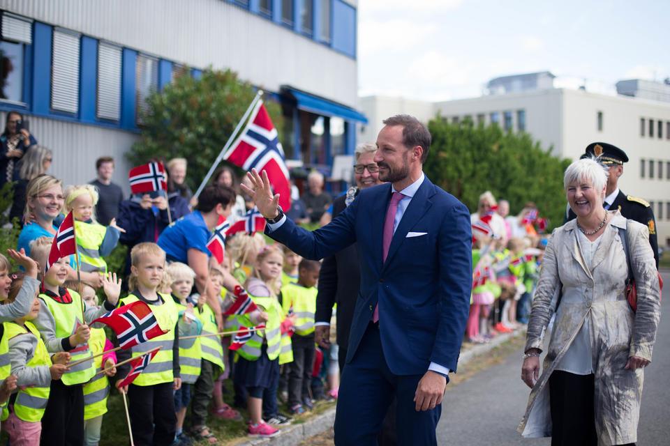 Kronprinsen vinker til barna fra Espira kunnskapsbyen barnehage som har møtt opp utenfor NORSAR for å ta ham imot.