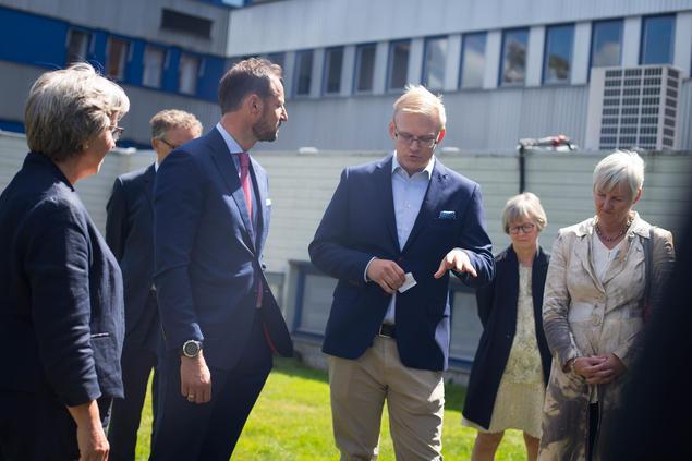 Jon Magnus Christensen forklarer hvordan seismografene til NORSAR fungerer. Fra venstre: Anne Lycke og  Jon Magnus Christensen fra NORSAR, Gro Gunnleiksrud Haatvedt fra Aker BP og fylkesmann i Akershus, Valgjerd Svarstad Haugland.