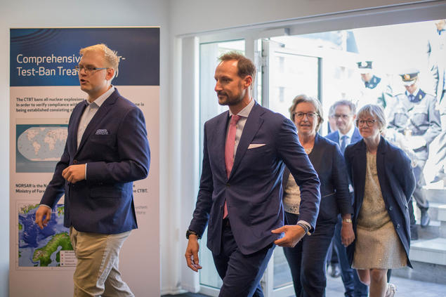 Jon Magnus Christensen fra NORSAR, Kronprinsen, Anne Lycke fra NORSAR ogGro Gunnleiksrud Haatvedt fra Aker BP på vei inn for å lage utslag på seismografen.