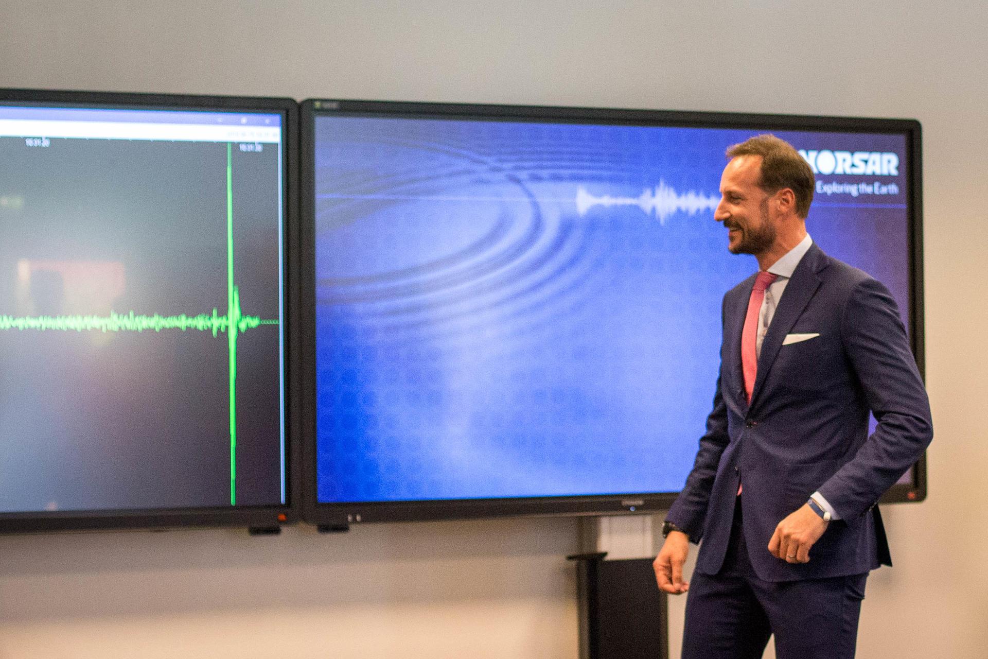 Kronprinsen ser resultatet av sitt eget signaturhopp på seismografen.